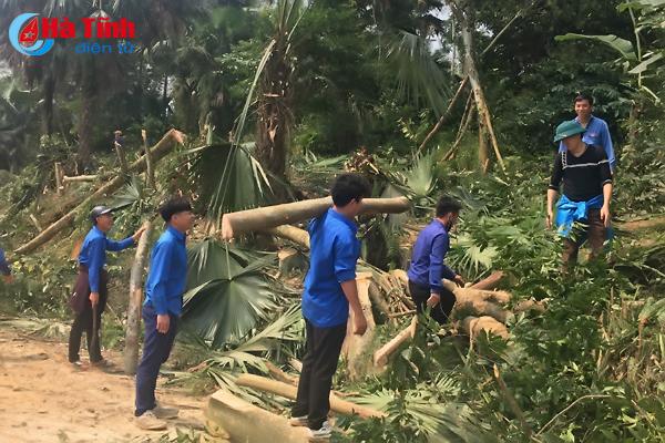 Nghỉ cuối tuần, đoàn viên thanh niên lại về làng giúp dân xây dựng NTM
