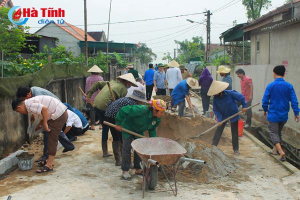 Cán bộ, công chức huyện Can Lộc cùng người dân làm nông thôn mới