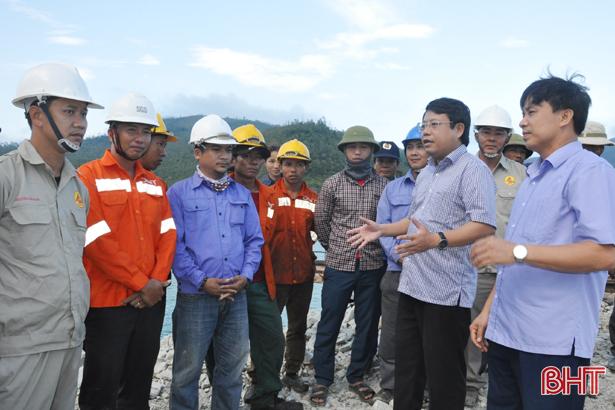 Lãnh đạo Hà Tĩnh thăm hỏi, tặng quà công nhân cảng Vũng Áng