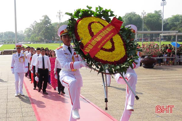 Đảng ủy Khối CCQ tỉnh Hà Tĩnh báo công tại Lăng Chủ tịch Hồ Chí Minh