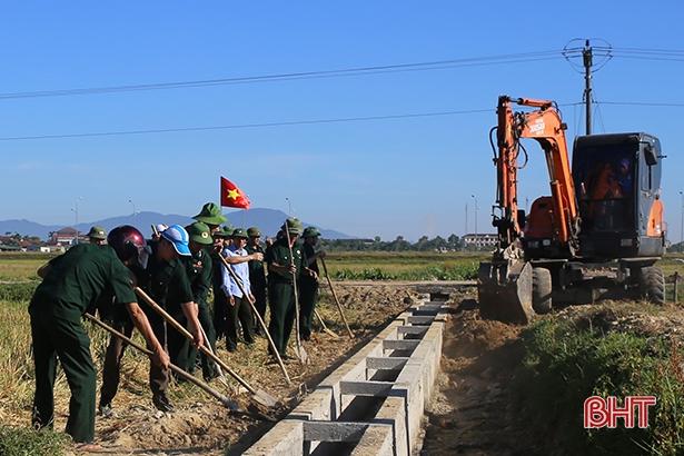 Không quản nắng nóng, đoàn viên, hội viên giúp xã Thạch Đồng xây dựng NTM