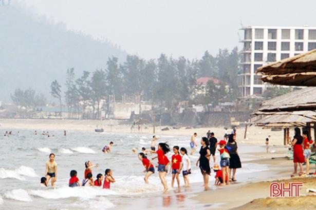 Đón gần 1 triệu lượt khách, biển Hà Tĩnh trở thành điểm đến hấp dẫn