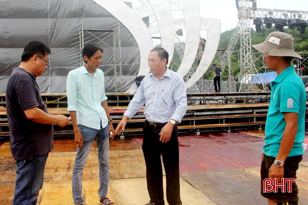 Đội mưa chuẩn bị cho đại lễ kỷ niệm 50 năm Chiến thắng Đồng Lộc