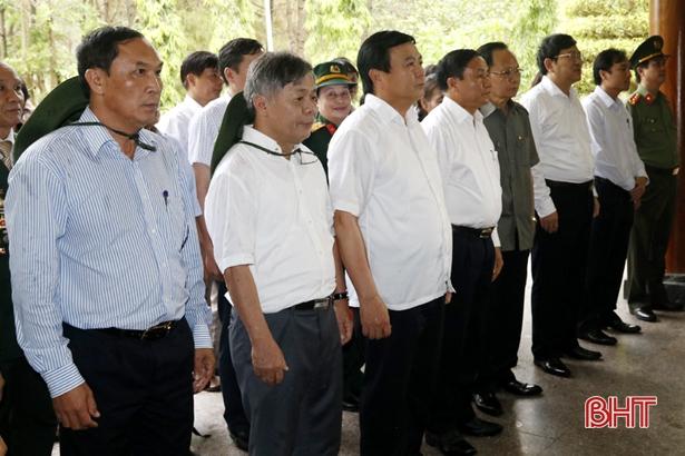 Bí thư Trung ương Đảng Nguyễn Xuân Thắng dâng hương tại Ngã ba Đồng Lộc