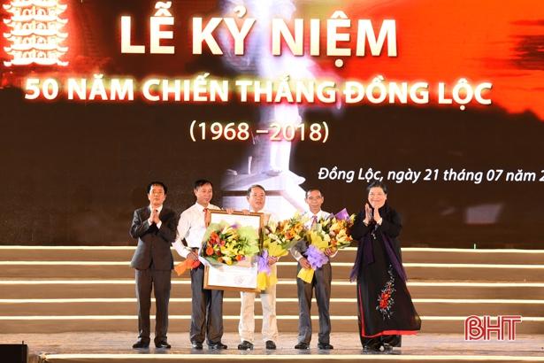 Trao Nghị quyết của UBTV Quốc hội thành lập thị trấn Đồng Lộc