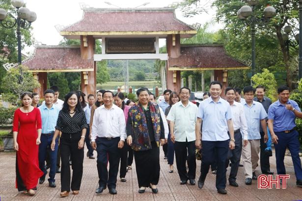 Phó Chủ tịch Quốc hội Tòng Thị Phóng dâng hương cố Tổng Bí thư Trần Phú