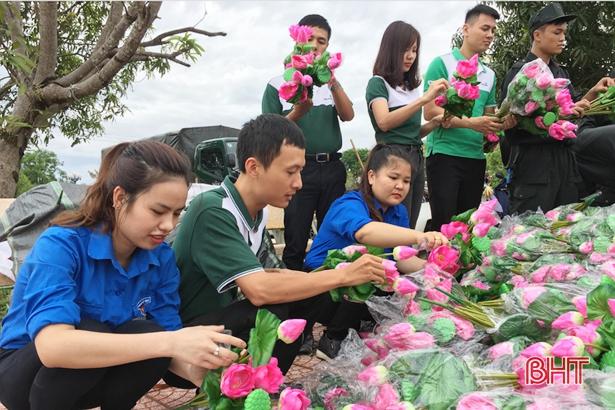 Gần 1.200 đóa sen dâng mộ liệt sỹ ở Nghĩa trang Núi Nài