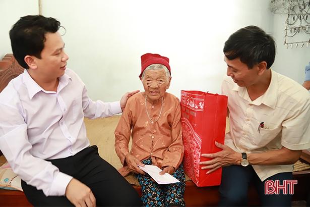 Chủ tịch UBND tỉnh thăm hỏi, tặng quà gia đình chính sách