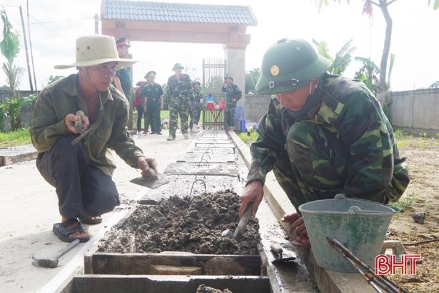 Trường Quân sự Hà Tĩnh giúp dân Mai Phụ xây dựng nông thôn mới