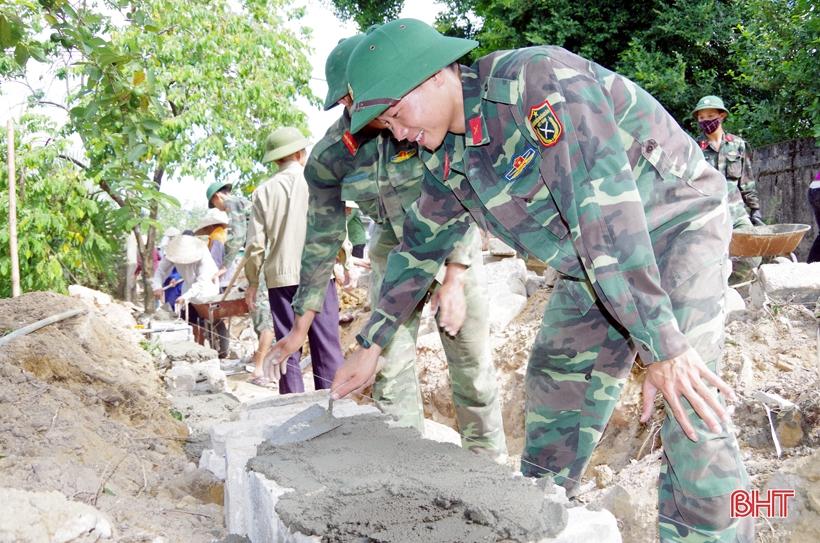 60 chiến sỹ hành quân dã ngoại giúp dân xây dựng nông thôn mới
