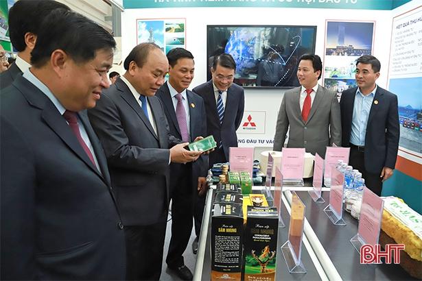 Thủ tướng Nguyễn Xuân Phúc tham quan gian triển lãm thành tựu thu hút FDI của Hà Tĩnh