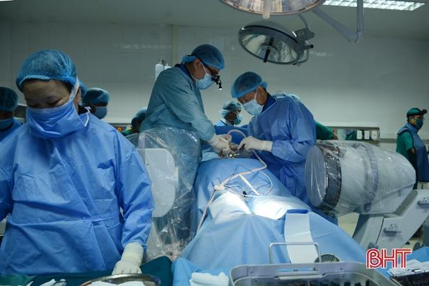 Xem các GS-TS đầu ngành sử dụng robot phẫu thuật tại Bệnh viện Hà Tĩnh