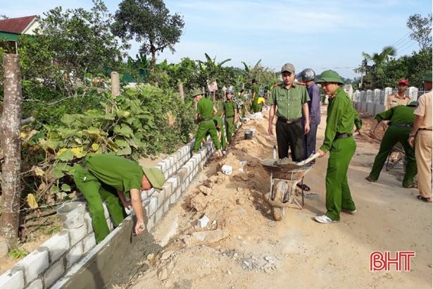 """Công an Can Lộc cùng """"chạy nước rút"""" về đích NTM với người dân Gia Hanh"""
