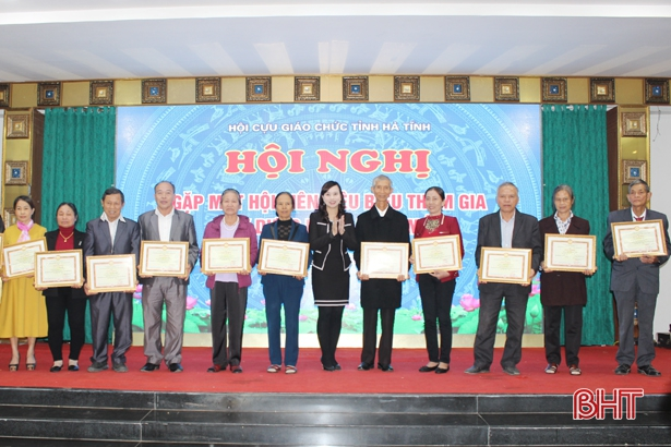 Biểu dương 40 cựu giáo chức Hà Tĩnh tiêu biểu trong xây dựng NTM