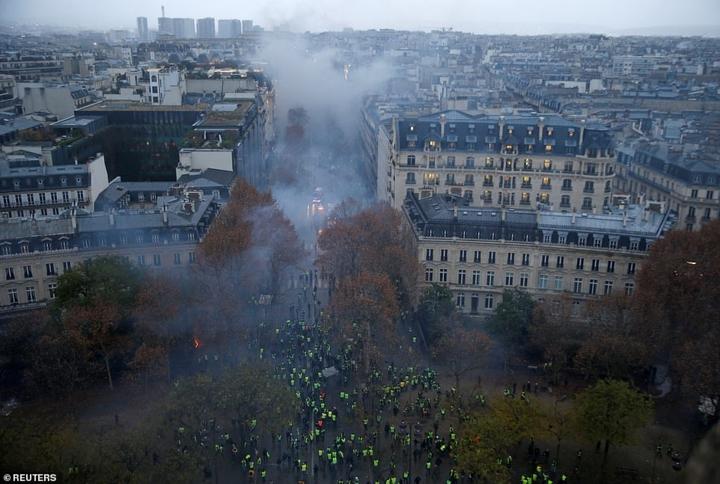 Bãi chiến trường giữa Thủ đô Paris hoa lệ sau bạo loạn
