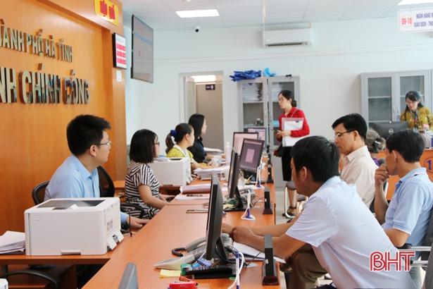 """Người dân TP Hà Tĩnh ngồi nhà """"lướt nét"""" xử lý các thủ tục hành chính"""