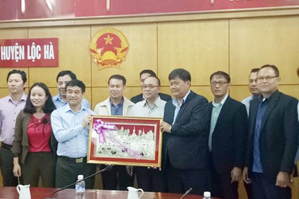 Đoàn cán bộ tỉnh Chăm Pa Sắc làm việc với huyện Lộc Hà