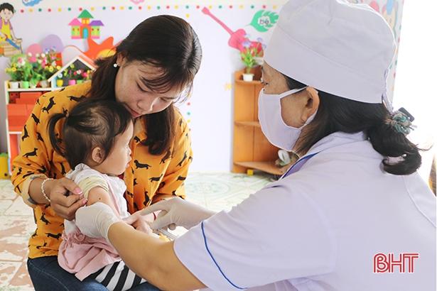 Hà Tĩnh triển khai tiêm vắc-xin ComBE Five cho 8.000 trẻ từ 2 - 4 tháng tuổi