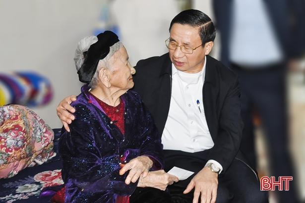 Bí thư Tỉnh ủy chúc tết gia đình chính sách, người có công TP Hà Tĩnh
