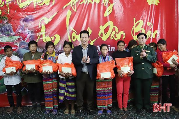 Chủ tịch UBND tỉnh tặng quà, chúc Tết đồng bào dân tộc Chứt