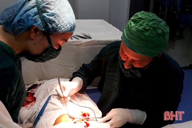 BVĐK Đức Thọ phẫu thuật lấy dị vật 12cm xuyên thủng tay bệnh nhân