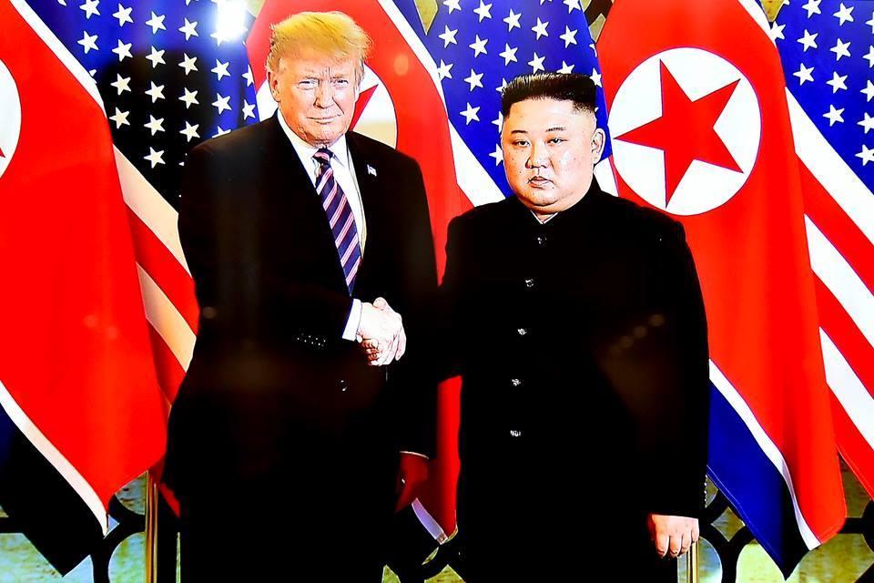Tổng thống Trump, Chủ tịch Kim gặp gỡ, dùng bữa tối chung tại Hà Nội