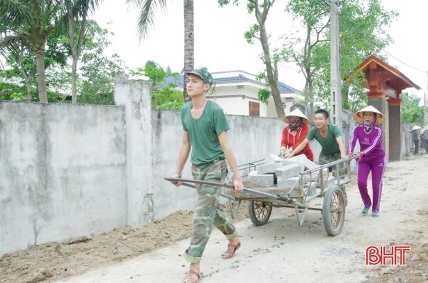 Gần 1.000 cán bộ, chiến sỹ Hà Tĩnh giúp dân xây dựng nông thôn mới
