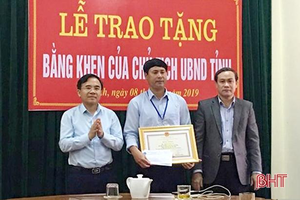 Chủ tịch UBND tỉnh Hà Tĩnh tặng bằng khen cán bộ xã cứu 2 em nhỏ đuối nước
