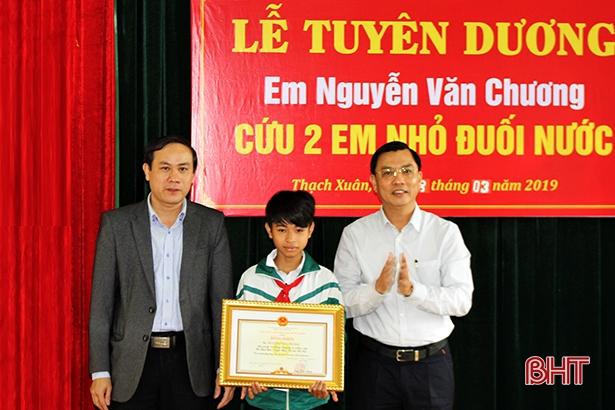 Nam sinh cứu 2 em nhỏ đuối nước nhận bằng khen Chủ tịch UBND tỉnh Hà Tĩnh