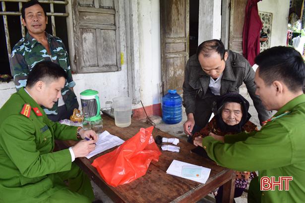 Cấp đổi, làm mới CMND cho 539 học sinh, người già, neo đơn ở Cẩm Xuyên
