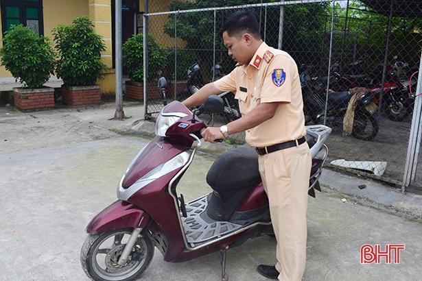 """Cảnh sát giao thông Cẩm Xuyên truy xe gian, trả lại cho """"khổ chủ"""""""