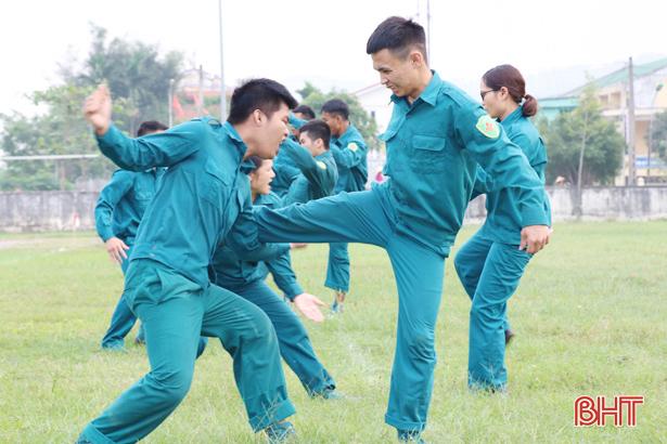 Dân quân Nghi Xuân biểu diễn võ thuật đánh địch đối kháng