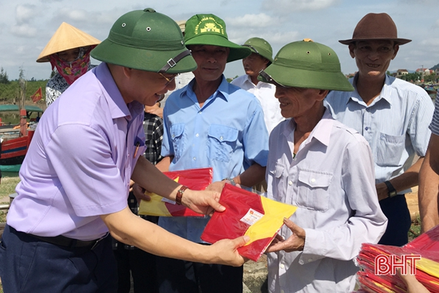 Trao gần 100 lá cờ Tổ quốc và quà cho ngư dân Lộc Hà
