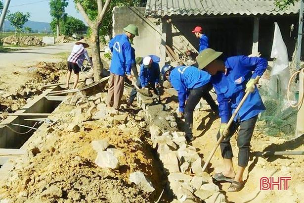 Không ngại nắng nóng, tuổi trẻ Hà Tĩnh giúp người dân xây dựng nông thôn mới