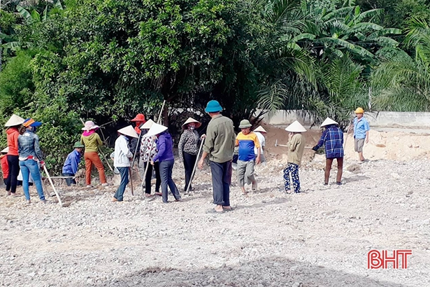 """Giáo viên Hương Sơn """"đội nắng"""" cùng người dân xây dựng nông thôn mới"""