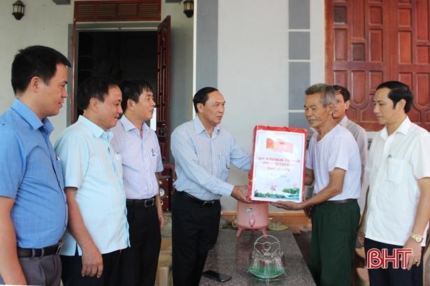 Trưởng ban Tuyên giáo Tỉnh ủy Hà Tĩnh tặng quà các gia đình chính sách