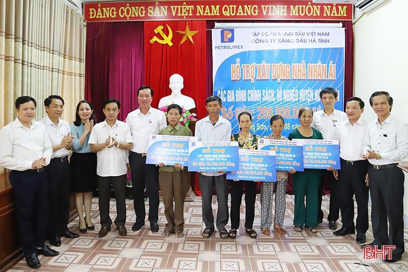 Công ty Xăng dầu Hà Tĩnh trao 200 triệu đồng hỗ trợ xây nhà cho hộ nghèo Hương Sơn