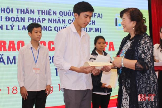 JIFA và I.P.M trao 60 suất học bổng trị giá 120 triệu đồng cho học sinh Hà Tĩnh