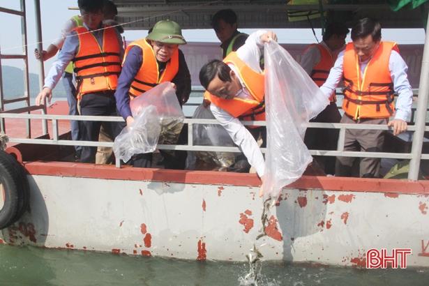 Tái tạo nguồn lợi thủy sản, Hà Tĩnh thả 2 tấn cá giống xuống hồ Kẻ Gỗ