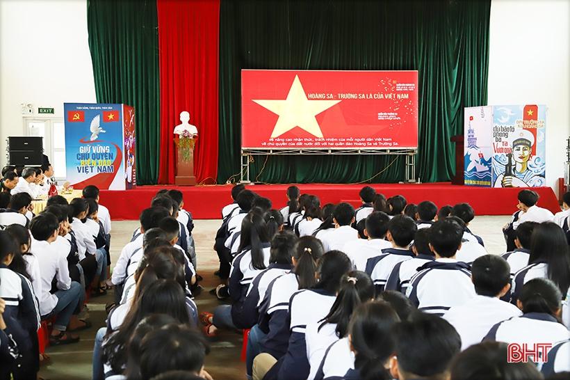 """Học sinh Hương Sơn hào hứng với triển lãm """"Hoàng Sa, Trường Sa của Việt Nam - những bằng chứng lịch sử và pháp lý"""""""