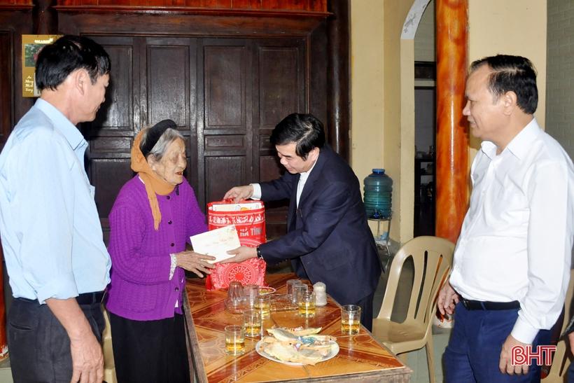 Lãnh đạo Hà Tĩnh thăm hỏi, chúc tết các Mẹ Việt Nam anh hùng
