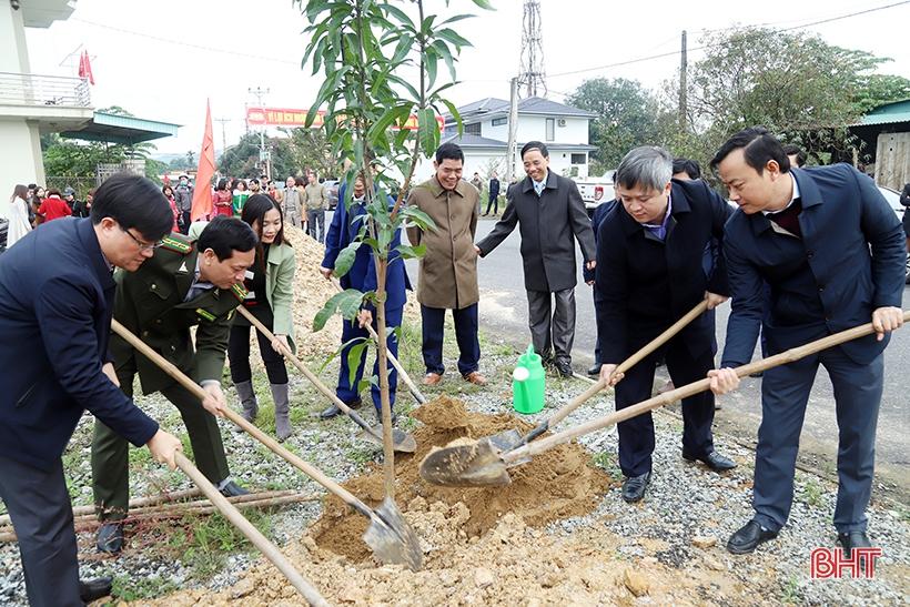 Chủ tịch UBND tỉnh Trần Tiến Hưng kiểm tra sản xuất và tham gia trồng cây đầu xuân tại huyện Vũ Quang