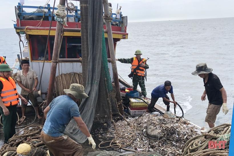 BĐBP Hà Tĩnh tiếp tục bắt giữ cặp tàu công suất lớn khai thác hải sản tận diệt bằng giã cào