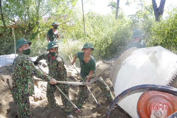 Không quản nắng nóng, gần 120 CBCS giúp xã biên giới Hà Tĩnh làm nông thôn mới
