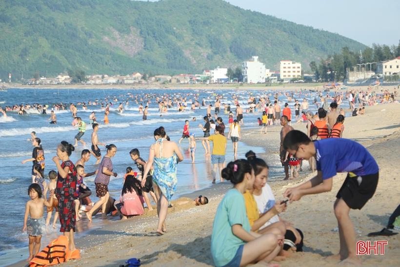 """Khu du lịch biển Thiên Cầm """"kín"""" khách những ngày nắng nóng"""