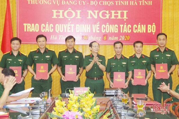 Trao quân hàm thượng tá cho 12 sỹ quan quân đội ở Hà Tĩnh