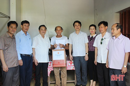 Đoàn ĐBQH Hà Tĩnh tặng quà các gia đình chính sách ở Thạch Hà
