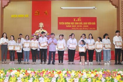 Hương Khê tuyên dương 110 học sinh giỏi năm học 2019 - 2020