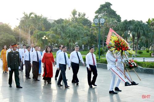 Lãnh đạo Hà Tĩnh dâng hương tưởng niệm Bác Hồ nhân kỷ niệm 75 năm Quốc khánh nước CHXHCN Việt Nam
