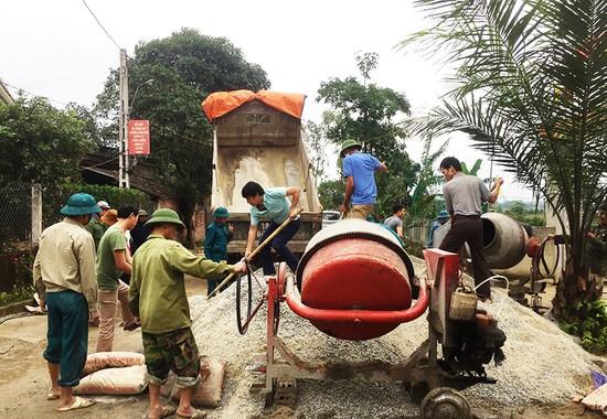 """""""Gác"""" ngày nghỉ, giáo viên Hương Sơn cùng Nhân dân xây dựng NTM"""